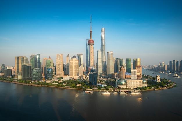 Luchtfoto van de skyline van pudong met oriental pearl toren en lujiazui business district wolkenkrabber