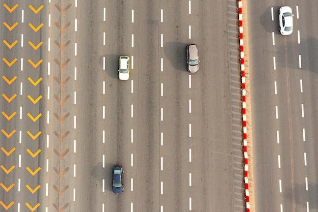 Luchtfoto van de snelweg met auto's die er langs rijden