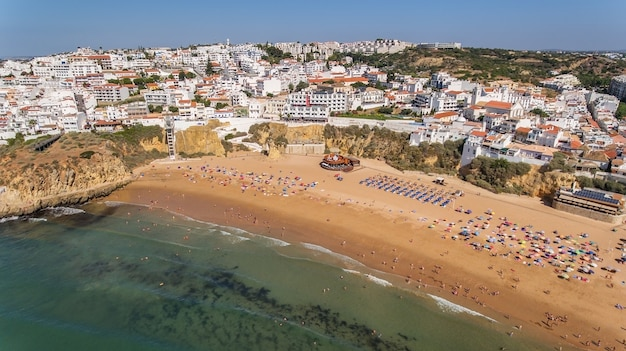 Luchtfoto van de stad albufeira, strand pescadores, in het zuiden van portugal, algarve
