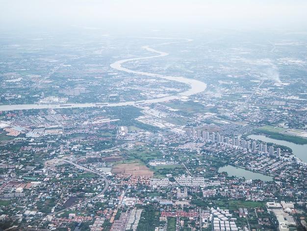 Luchtfoto van de stad bangkok en chao phraya rivier met ochtendmist overlay