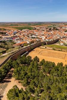 Luchtfoto van de stad belmonte in la mancha, spanje. huizen, kerk en gebouwen die typisch zijn voor de streek. europa.
