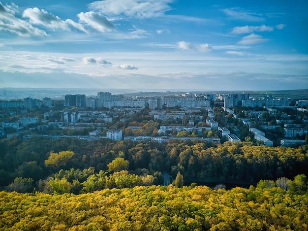 Luchtfoto van de stad bij zonsondergang. mooie herfst stadslandschap. kishinev, moldavische republiek.