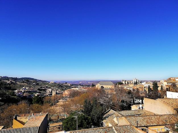 Luchtfoto van de stad en de heuvel in toledo, spanje