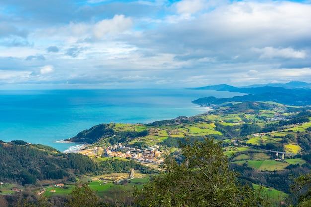 Luchtfoto van de stad en de zee vanaf de berg arno in de gemeente mutriku in gipuzkoa. baskenland, spanje
