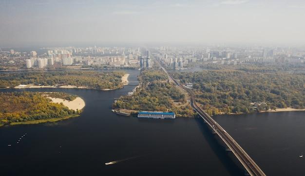 Luchtfoto van de stad gehuld in ochtendmist