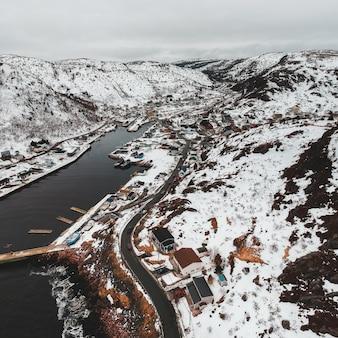Luchtfoto van de stad in de buurt van besneeuwde berg overdag