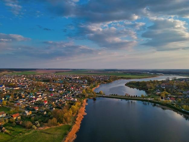 Luchtfoto van de stad in de buurt van de rivier overdag