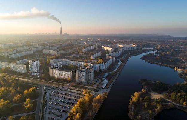 Luchtfoto van de stad in de herfst bij zonsondergang. energodar, oekraïne
