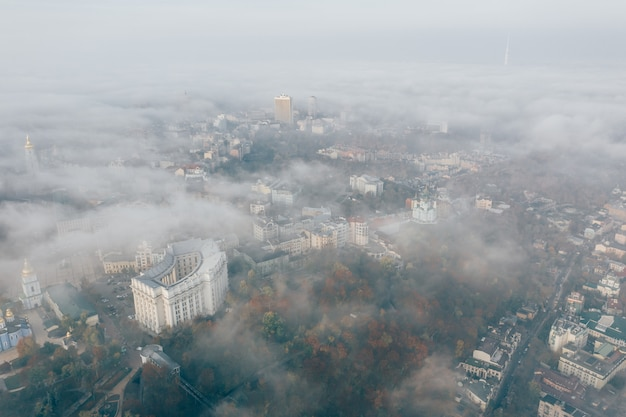 Luchtfoto van de stad in de mist