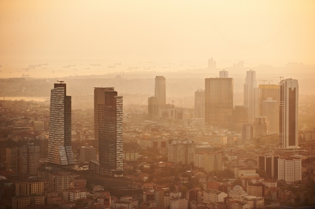 Luchtfoto van de stad istanbul centrum met wolkenkrabbers bij zonsondergang