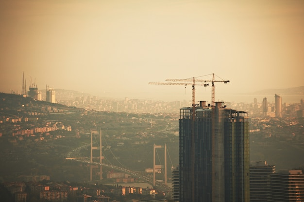 Luchtfoto van de stad istanbul centrum met wolkenkrabbers in de nacht