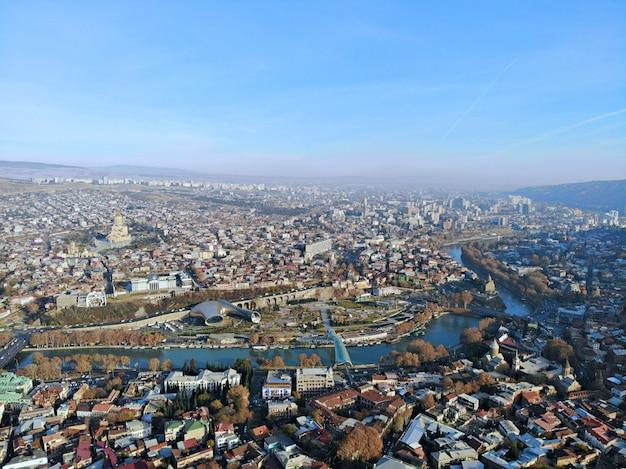 Luchtfoto van de stad met rivier