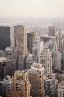 Luchtfoto van de stad onder bewolkte hemel overdag