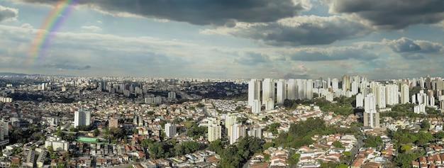 Luchtfoto van de stad sao paulo met regenboog.