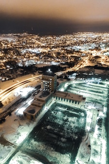 Luchtfoto van de stad tijdens de nacht