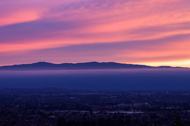 Luchtfoto van de stad tijdens zonsondergang