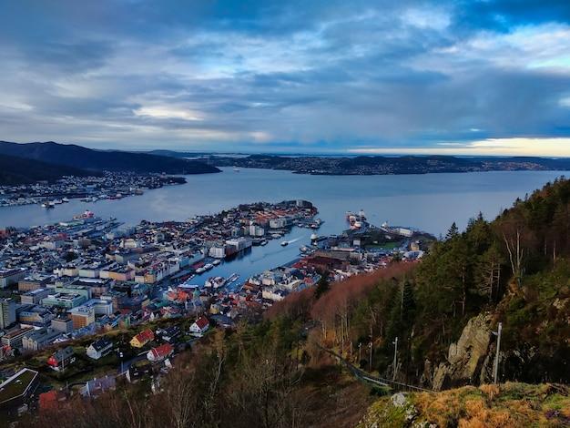 Luchtfoto van de stad van het schiereiland in bergen, noorwegen onder een bewolkte hemel