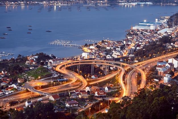 Luchtfoto van de stad vigo bij zonsondergang, galicië, spanje.