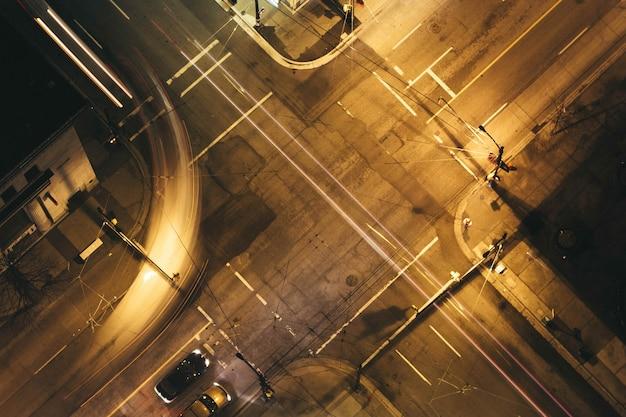 Luchtfoto van de stedelijke stad snelweg 's nachts