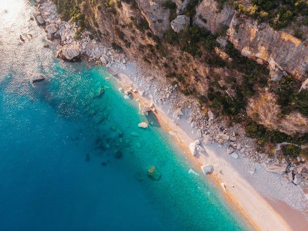 Luchtfoto van de stranden van de adriatische kust in montenegro