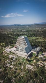 Luchtfoto van de tempel van monte grisa, kerk in het noorden van triëst, italië