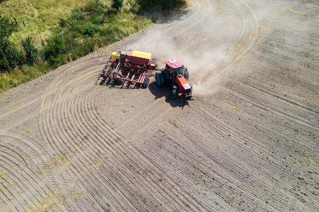 Luchtfoto van de tractor in het veld
