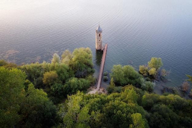 Luchtfoto van de vis-kathedraal. verzonken kerkruïnes in het ebro-reservoir in cantabrië, in het noorden van spanje