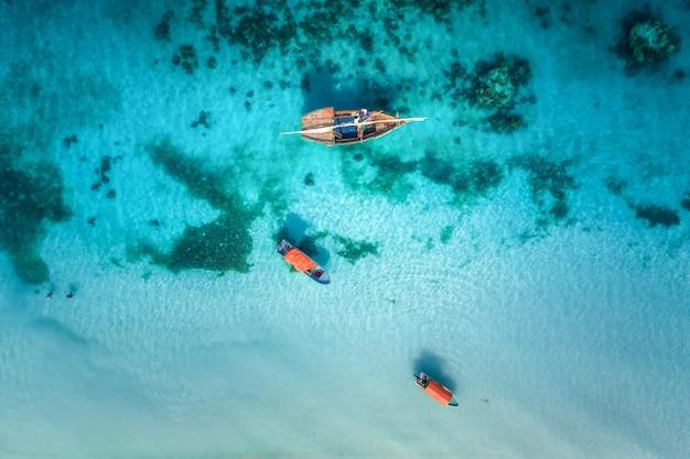 Luchtfoto van de vissersboten in helder blauw water op zonnige dag in de zomer