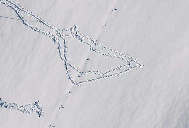 Luchtfoto van de voetafdrukken in de sneeuw in de winter