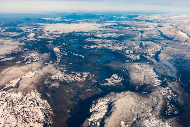 Luchtfoto van de vouglan-dam en het reservoir ten noorden van oyonnax, frankrijk