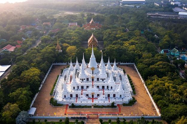 Luchtfoto van de watasokaram-tempel van de pagode in thailand