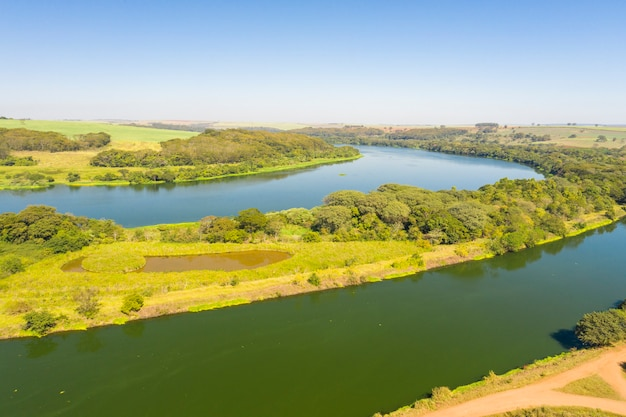 Luchtfoto van de waterweg in de rivier de tiete in de stad bariri in de staat sao paulo - brazilië