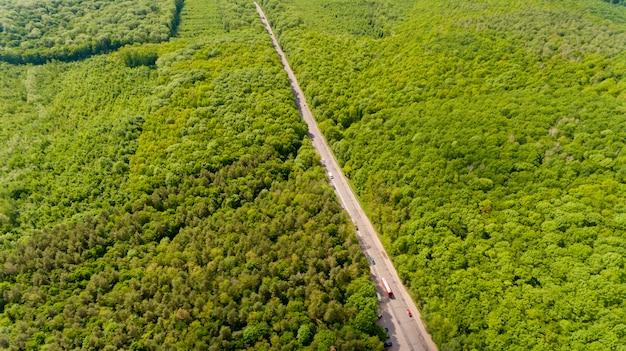 Luchtfoto van de weg door een groen bos