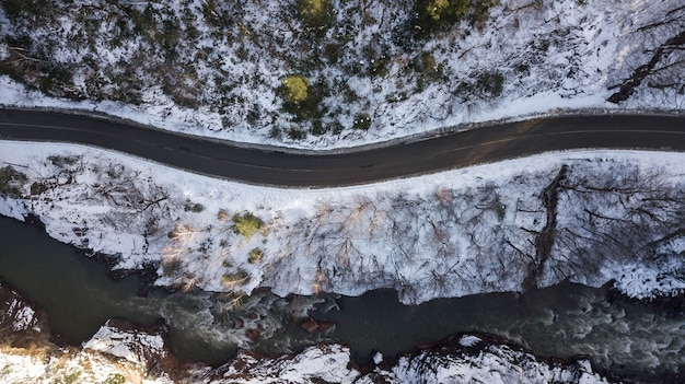Luchtfoto van de weg door een winterse bergen