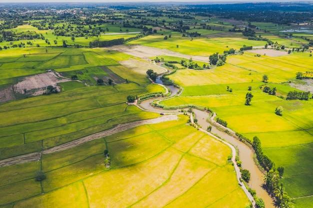 Luchtfoto van de weg en slinkse rivier in een veld