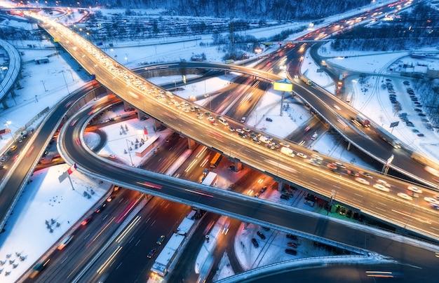 Luchtfoto van de weg in de moderne stad 's nachts in de winter