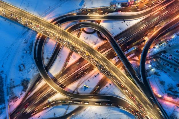 Luchtfoto van de weg in een moderne stad 's nachts in de winter