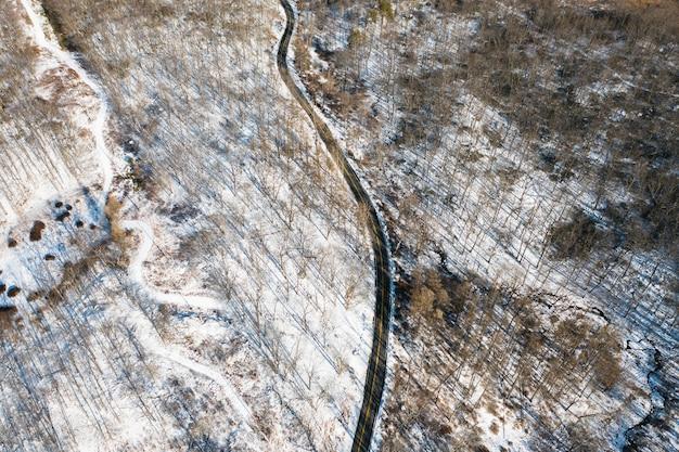 Luchtfoto van de weg met besneeuwde bossen