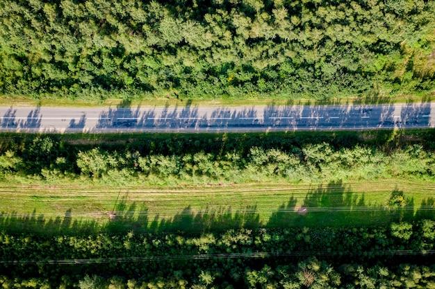 Luchtfoto van de weg tussen het bos en de bomen.