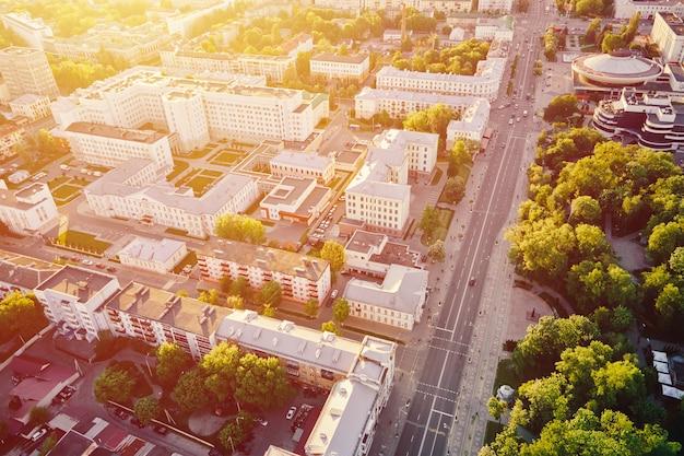 Luchtfoto van de woonwijk van de stad bij zonsondergang