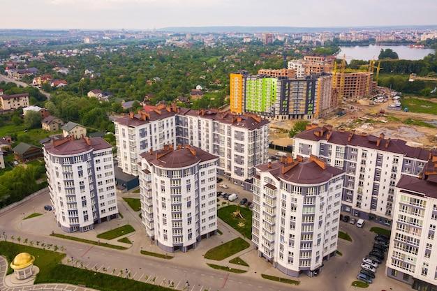 Luchtfoto van de woonwijk van de stad met hoge flatgebouwen. Premium Foto
