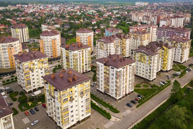 Luchtfoto van de woonwijk van de stad met hoge flatgebouwen.