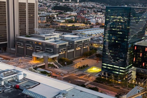 Luchtfoto van de zakenwijk 's nachts