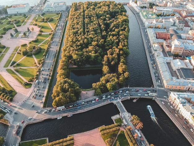 Luchtfoto van de zomertuin, wegen, bomen, rivier moika. rusland, st. petersburg. ondergaande zon.