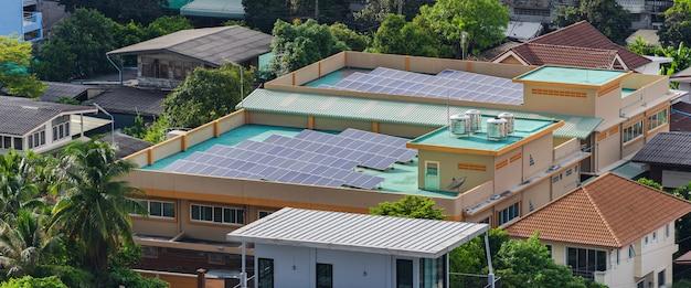 Luchtfoto van de zonnecellen op het dak