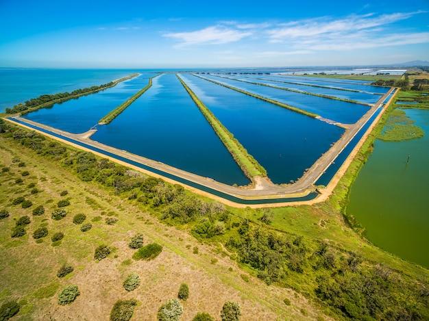 Luchtfoto van de zwembaden van de afvalwaterzuiveringsinstallatie in melbourne, australië