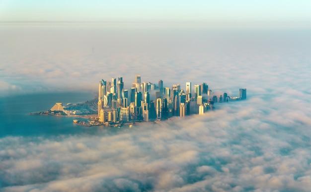 Luchtfoto van doha door de ochtendmist, de hoofdstad van qatar in de perzische golf