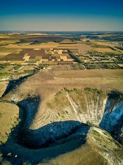 Luchtfoto van dramatische oude orhei kliffen en vlaktes in de buurt van trebijeni dorp, moldavië