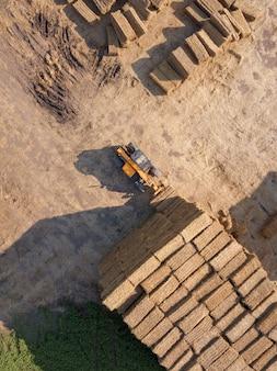 Luchtfoto van drone in de stapel stro na het oogsten van het graan. natuurlijke ecologische brandstof en meststoffen voor landbouwwerkzaamheden.
