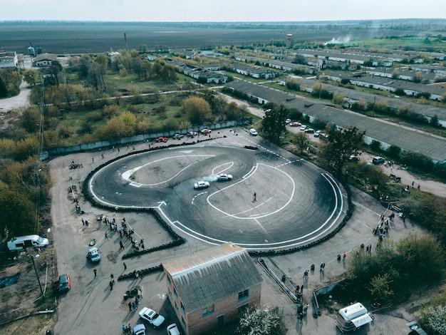 Luchtfoto van drone op sportbaan om door auto's te drijven